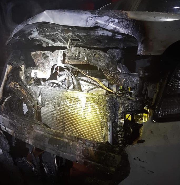 Ô tô đang đậu trong sân nhà bất ngờ bốc cháy vào sáng mùng 1 Tết - Ảnh 1.