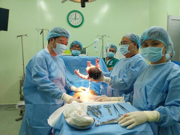 Rụng tim với 2 em bé chào đời đúng thời khắc giao thừa - Ảnh 7.