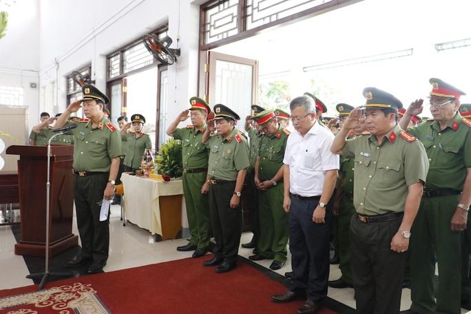 Đề nghị công nhận liệt sĩ cho cảnh sát khu vực bị đâm chết vào ngày 30 Tết - Ảnh 1.