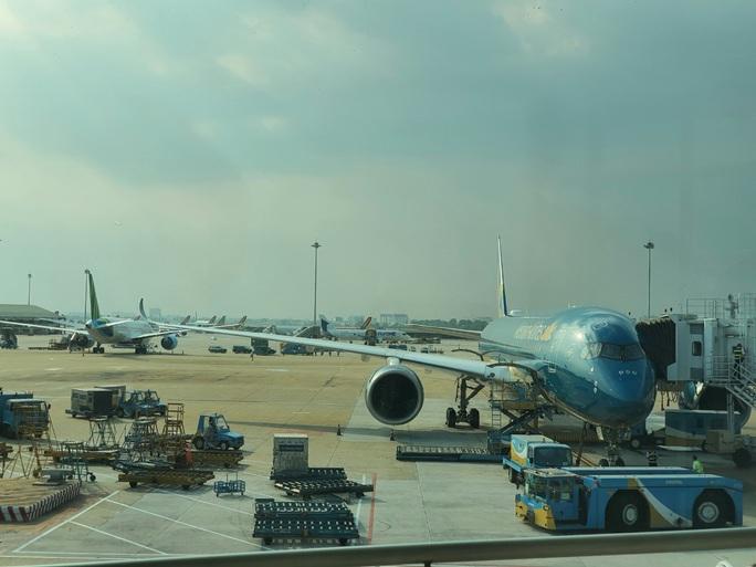 Cả chục máy bay xếp hàng chờ cất cánh ở Tân Sơn Nhất - Ảnh 1.