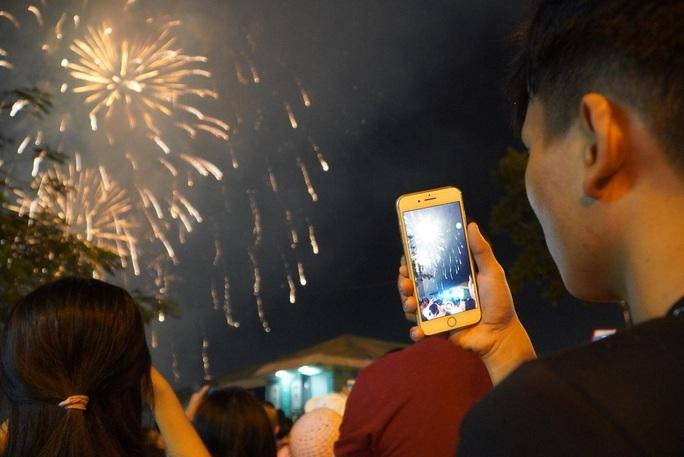 Rực rỡ, đặc sắc pháo hoa giao thừa chào đón năm mới - Ảnh 2.