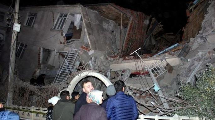 Thổ Nhĩ Kỳ rung chuyển vì động đất và 60 dư chấn, hơn 560 người thương vong - Ảnh 1.