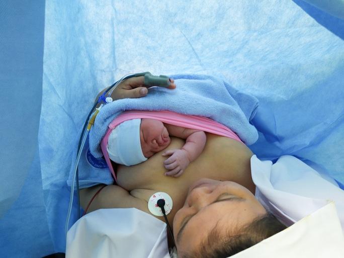 Rụng tim với 2 em bé chào đời đúng thời khắc giao thừa - Ảnh 6.