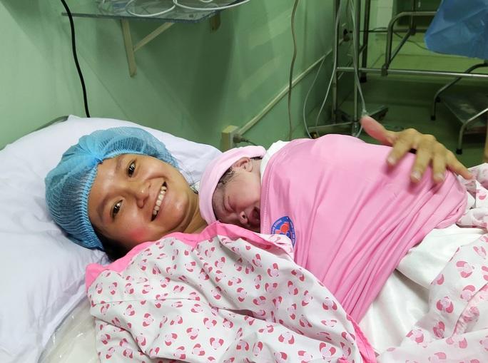 Rụng tim với 2 em bé chào đời đúng thời khắc giao thừa - Ảnh 1.