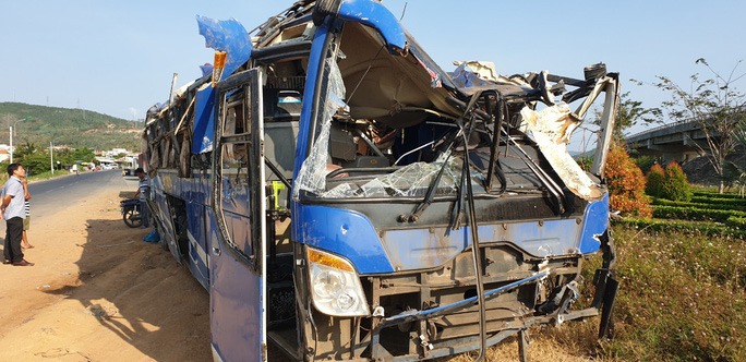 Tai nạn xe khách, 21 người bị thương - Ảnh 1.