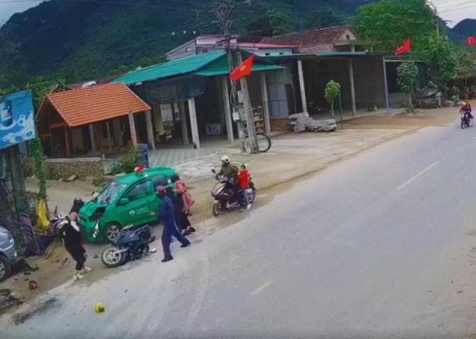 Kinh hoàng cảnh taxi lao vào đoàn người đi chúc Tết, 9 người bị thương - Ảnh 2.