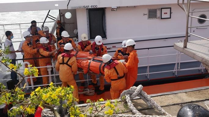 Vượt sóng cứu thuyền viên Thái Lan bị đột quỵ trên biển - Ảnh 1.