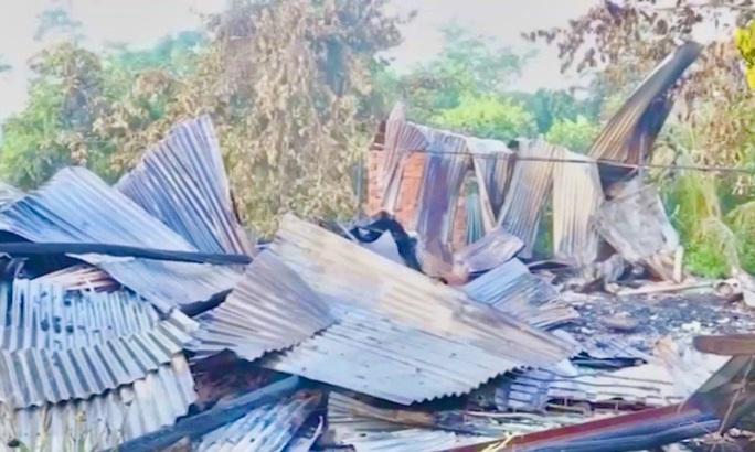 Nhiều gia đình xài điện câu đuôi mất Tết do cháy nhà lúc rạng sáng - Ảnh 1.