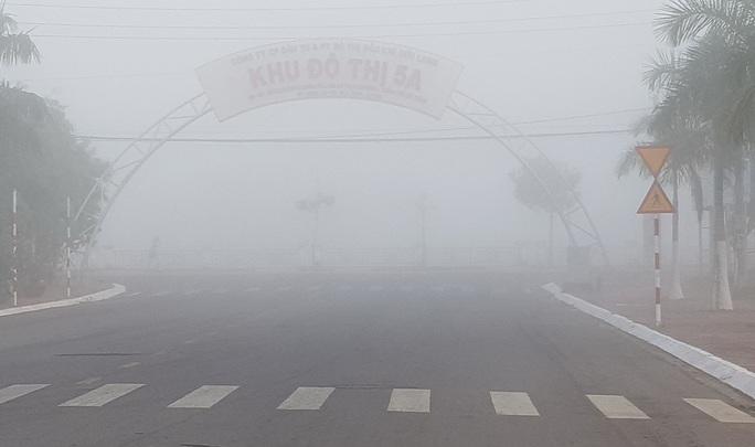 Sáng mùng 2 Tết, sương mù bao trùm miền Tây khiến nhà nông lo lắng - Ảnh 2.