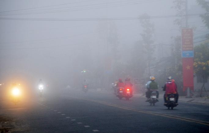 Sáng mùng 2 Tết, sương mù bao trùm miền Tây khiến nhà nông lo lắng - Ảnh 1.