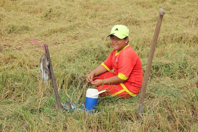 Về miền Tây xem cảnh già, trẻ hò reo săn chuột đồng mùa Tết - Ảnh 8.