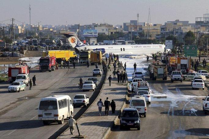 Máy bay Iran trượt đường băng, lao lên đường - Ảnh 1.