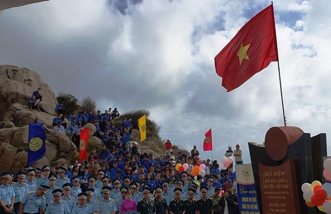 Thiêng liêng buổi chào cờ ở điểm cực Đông trên đất liền - Ảnh 6.