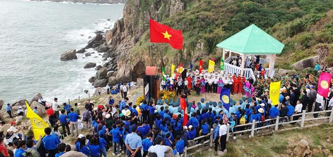 Thiêng liêng buổi chào cờ ở điểm cực Đông trên đất liền - Ảnh 1.