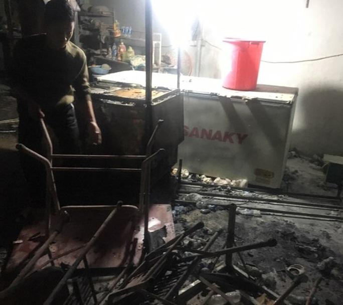 Cháy lớn chợ Phủ Diễn, huy động hàng chục xe chữa cháy cùng 50 chiến sĩ dập lửa - Ảnh 2.