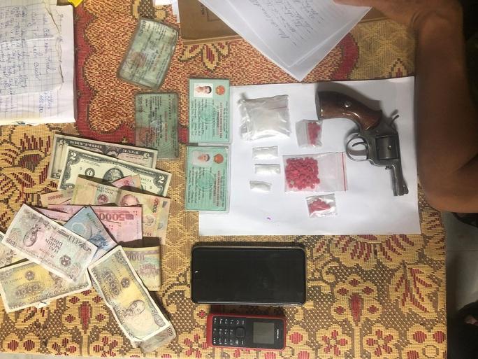 Kẻ mua bán ma túy thủ thêm khẩu súng phòng thân - Ảnh 1.