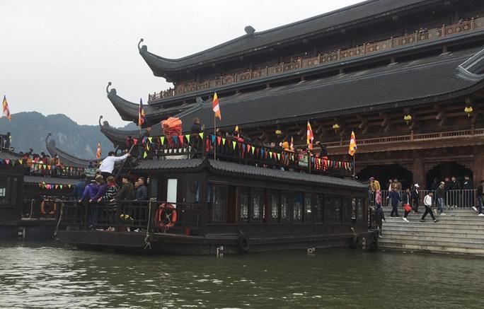 200.000 đồng/lượt đi thuyền trên hồ Tam Chúc, du khách vẫn chen nhau đi - Ảnh 9.