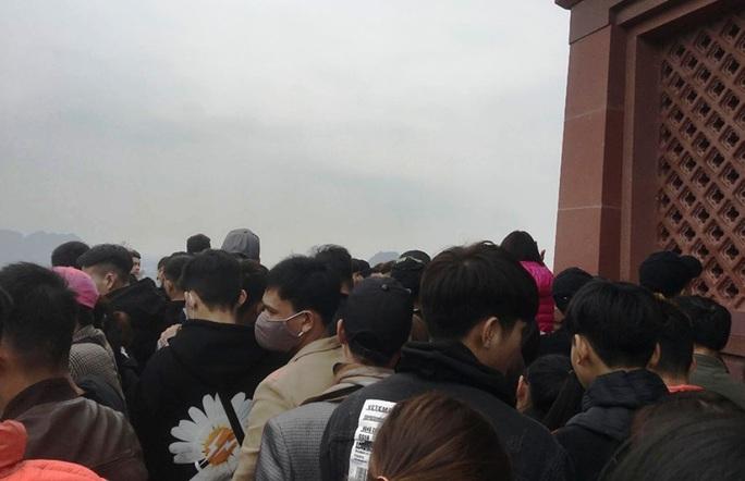 200.000 đồng/lượt đi thuyền trên hồ Tam Chúc, du khách vẫn chen nhau đi - Ảnh 15.