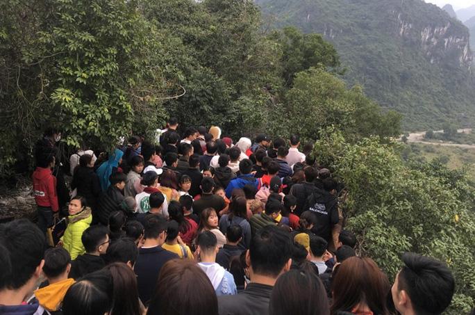200.000 đồng/lượt đi thuyền trên hồ Tam Chúc, du khách vẫn chen nhau đi - Ảnh 5.