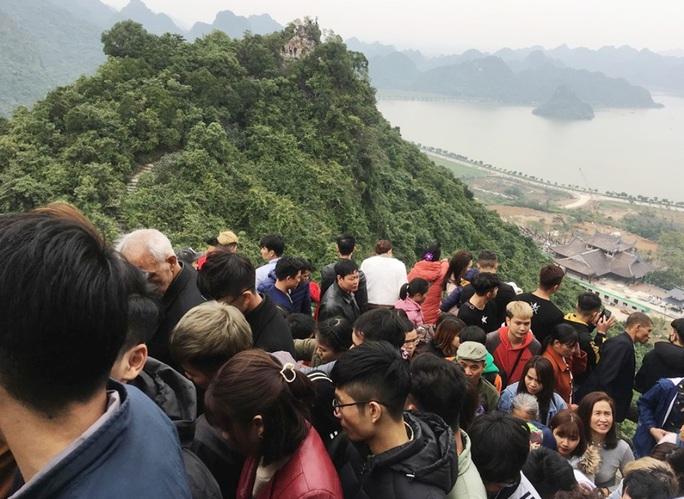 200.000 đồng/lượt đi thuyền trên hồ Tam Chúc, du khách vẫn chen nhau đi - Ảnh 4.