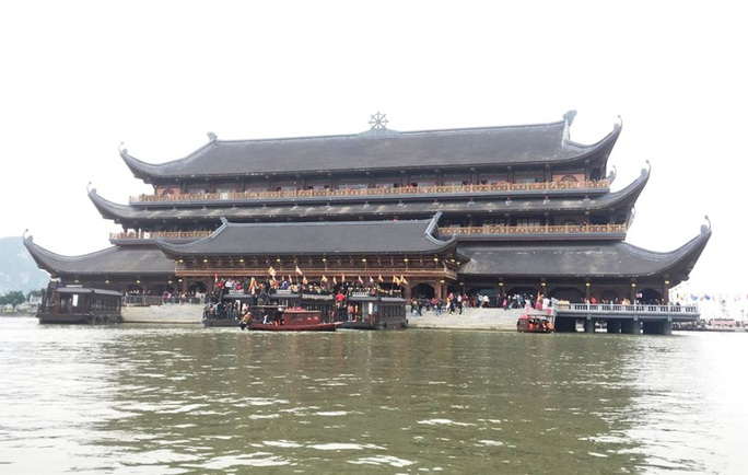 200.000 đồng/lượt đi thuyền trên hồ Tam Chúc, du khách vẫn chen nhau đi - Ảnh 8.