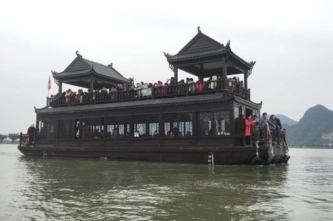200.000 đồng/lượt đi thuyền trên hồ Tam Chúc, du khách vẫn chen nhau đi - Ảnh 1.