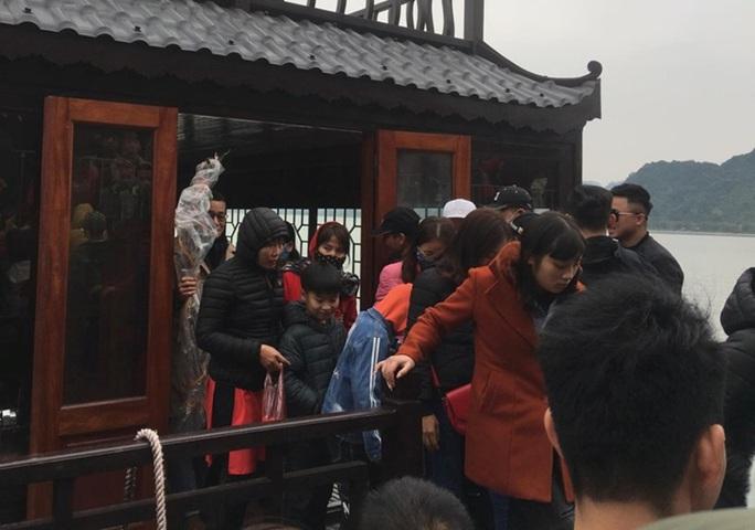 200.000 đồng/lượt đi thuyền trên hồ Tam Chúc, du khách vẫn chen nhau đi - Ảnh 13.