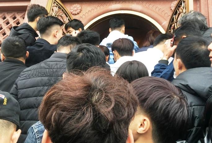 200.000 đồng/lượt đi thuyền trên hồ Tam Chúc, du khách vẫn chen nhau đi - Ảnh 14.