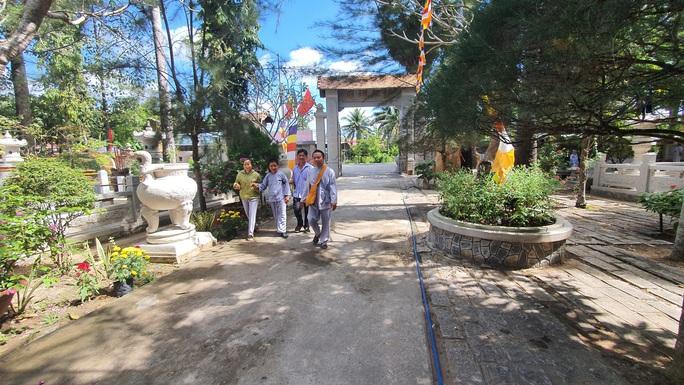 CLIP: Ngắm vườn kinh đá độc đáo của ngôi chùa nằm bên cạnh dòng sông Hậu - Ảnh 3.
