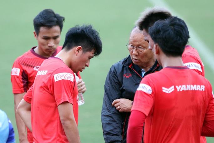 Sợ tuyển VN hụt quân vì chấn thương, 4 CLB đề xuất không có suất rớt hạng V-League - Ảnh 2.