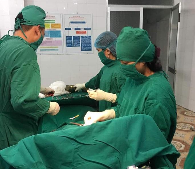 Bác sĩ bỏ ăn Tết, vào bệnh viện hiến máu cứu sản phụ vỡ thai ngoài tử cung - Ảnh 1.