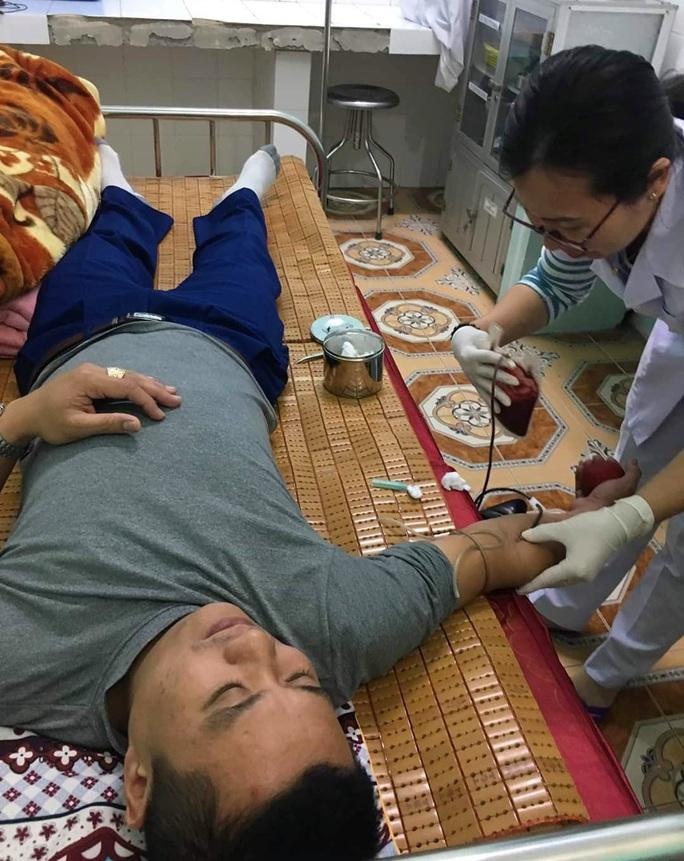 Bác sĩ bỏ ăn Tết, vào bệnh viện hiến máu cứu sản phụ vỡ thai ngoài tử cung - Ảnh 2.