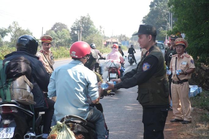 Người đi đường bất ngờ khi được CSGT Đồng Nai tặng nước, khăn lạnh  - Ảnh 8.