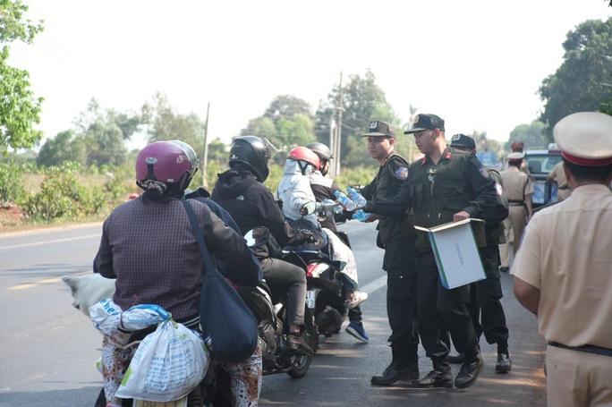 Người đi đường bất ngờ khi được CSGT Đồng Nai tặng nước, khăn lạnh  - Ảnh 9.