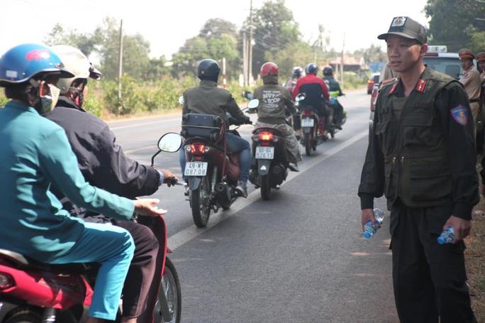 Người đi đường bất ngờ khi được CSGT Đồng Nai tặng nước, khăn lạnh  - Ảnh 10.