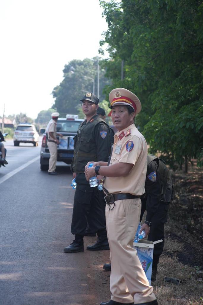 Người đi đường bất ngờ khi được CSGT Đồng Nai tặng nước, khăn lạnh  - Ảnh 11.
