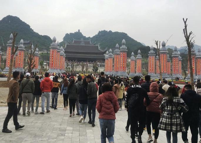 200.000 đồng/lượt đi thuyền trên hồ Tam Chúc, du khách vẫn chen nhau đi - Ảnh 3.