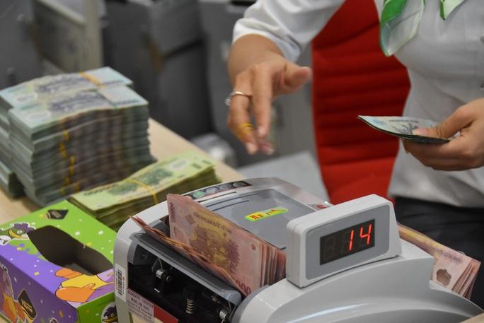 Dân ngân hàng ăn Tết rủng rỉnh nhưng kín tiếng - Ảnh 1.