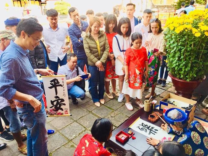 Du khách đến Huế vẫn tăng mạnh trong dịp Tết bất chấp dịch Corona - Ảnh 1.