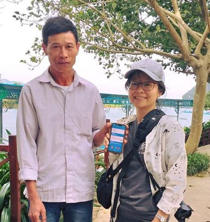 """Trả lại 200 USD và điện thoại """"xịn"""" cho du khách Trung Quốc bỏ quên - Ảnh 1."""