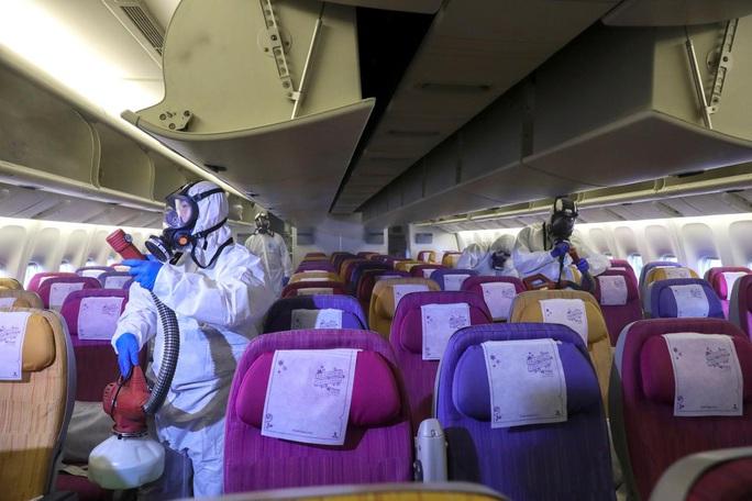 Lo virus Vũ Hán, các hãng bay sẵn sàng hủy chuyến, bỏ suất ăn - Ảnh 1.