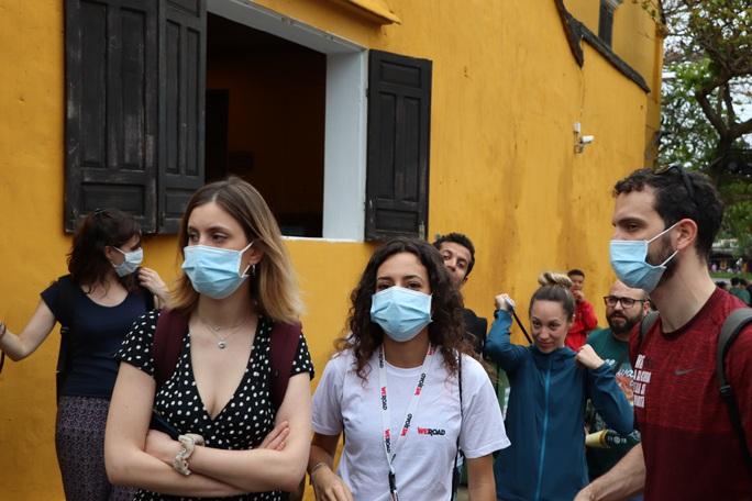 Sợ nhiễm virus corona, tài xế taxi Hội An nhập viện theo dõi - Ảnh 3.