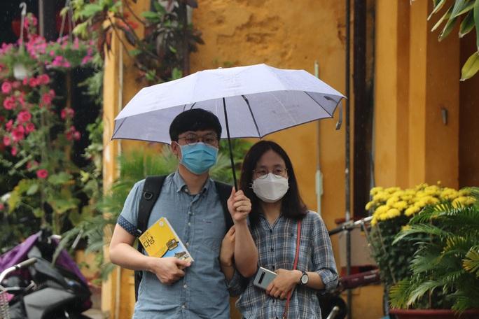 Sợ nhiễm virus corona, tài xế taxi Hội An nhập viện theo dõi - Ảnh 2.