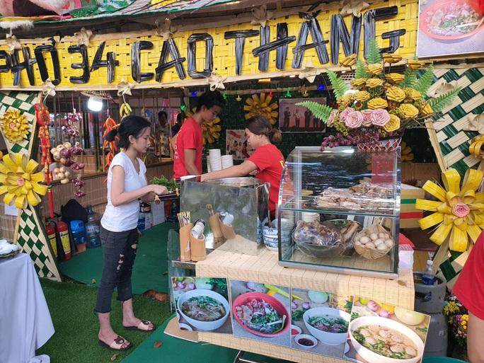 Cả trăm món ăn đặc sản tụ hội ở lễ hội Tết Việt - Ảnh 1.