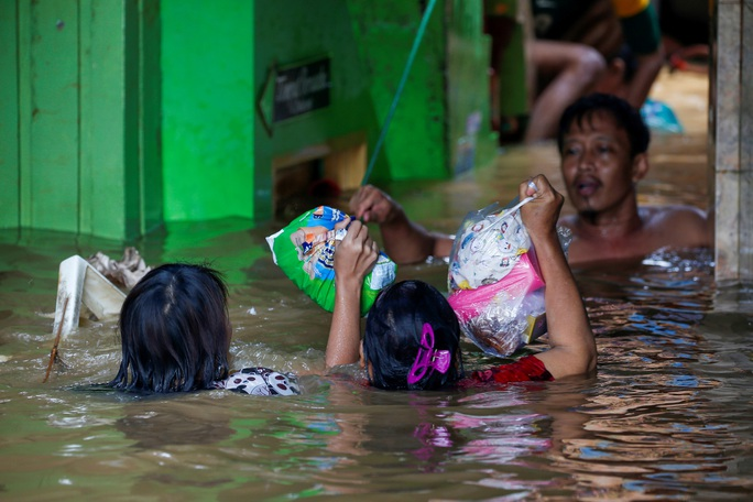 Indonesia nỗ lực phá mây để ngăn mưa ở Jakarta - Ảnh 2.