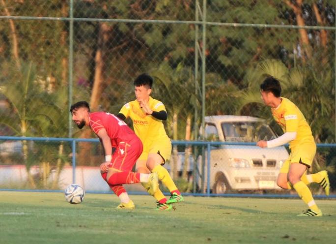 Tấn Sinh ghi bàn từ chấm 11 mét, U23 Việt Nam vẫn bại trận trước Bahrain - Ảnh 1.