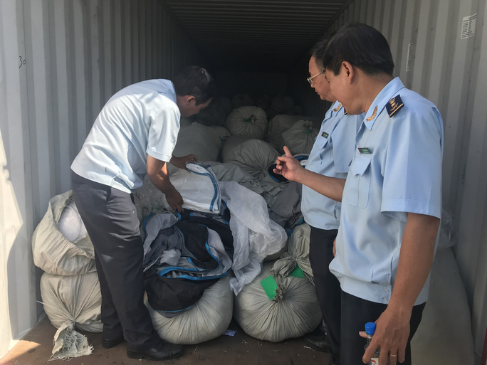 Hải quan TP HCM lại phát hiện 3 container hàng Trung Quốc gắn nhãn Việt Nam - Ảnh 1.
