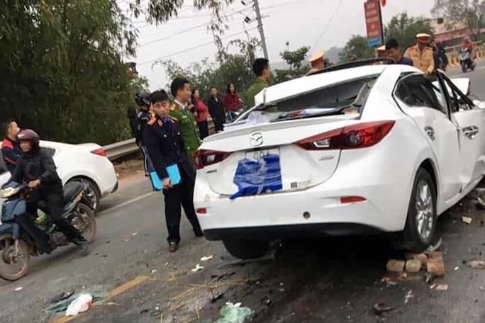 Nghi gây tai nạn bỏ chạy, tài xế xe sang Mazda tử vong sau đó vì tông vào xe ben - Ảnh 1.