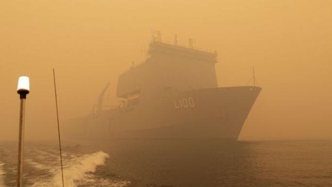 Chiến hạm Úc xông vào hoả ngục cứu người dân bị dồn ra bờ biển - Ảnh 2.