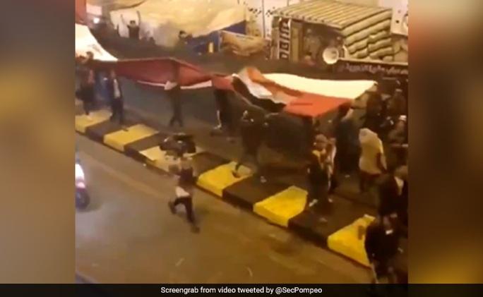 Hiện trường Tư lệnh Iran bị sát hại tràn lan trên mạng - Ảnh 1.